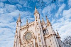 在蓝天和云彩背景的哥特式白色教会寺庙  库存图片