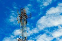 给在蓝天和云彩背景的塔打电话  免版税库存照片