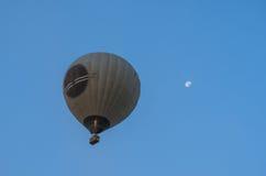 在蓝天和月亮的热空气气球 免版税图库摄影