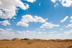 在蓝天和白色云彩内蒙古浑善达克桑迪土地下 库存照片