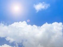在蓝天和白色云彩的明亮的晴天 免版税库存图片