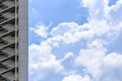 在蓝天框架背景的防火梯 免版税库存图片