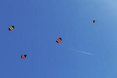 在蓝天的Ð ¡ olorful风筝 免版税库存图片