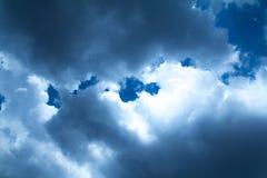 在蓝天的一朵云彩 免版税库存照片