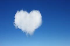 在蓝天的一朵心形的云彩 免版税库存照片