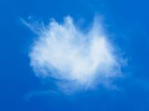 在蓝天的一朵白色云彩 库存图片
