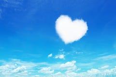 在蓝天的一朵白色心形的云彩 免版税库存照片