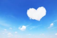 在蓝天的一朵白色心形的云彩 免版税库存图片