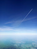 在蓝天的一次客机飞行,从另一次平面飞行的看法 免版税库存照片