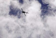 在蓝天的一次直升机飞行 库存图片