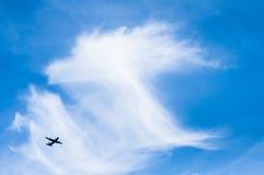 在蓝天的一次飞机飞行 免版税库存照片