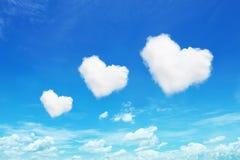 在蓝天的三朵心形的云彩 免版税图库摄影