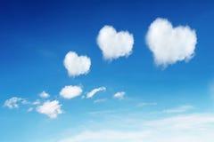 在蓝天的三朵心形的云彩 免版税库存照片