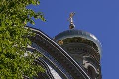 在蓝天的东正教Golden Dome和十字架 图库摄影