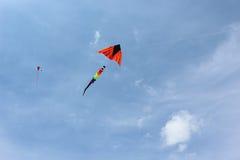 在蓝天的两只风筝 免版税库存图片