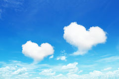 在蓝天的两朵心形的云彩 免版税库存照片