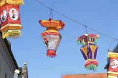 在蓝天的中国五颜六色的丝绸灯笼 免版税库存图片