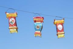 在蓝天的中国五颜六色的丝绸灯笼 图库摄影