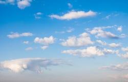 在蓝天的云彩与大气阴霾 免版税库存照片