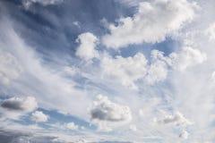在蓝天的云彩与巨大纹理 库存图片