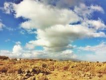 在蓝天的云彩在沙漠谷 图库摄影