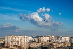 在蓝天的云彩在都市风景。 库存图片