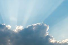 在蓝天的云彩在雷暴前 库存照片