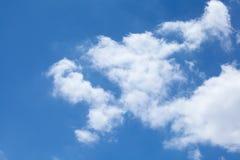 在蓝天的云彩 免版税图库摄影