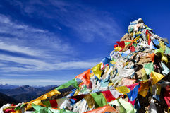 在蓝天的五颜六色的佛经标志 库存照片