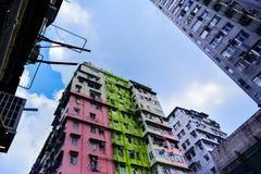 在蓝天的五颜六色的大厦与白色云彩 库存照片