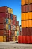 在蓝天的五颜六色的容器 免版税库存照片
