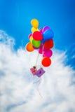 在蓝天的五颜六色的气球 免版税库存图片