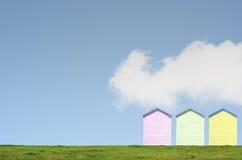 在蓝天的五颜六色的海滩小屋 库存照片