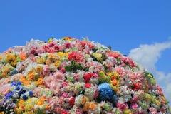 在蓝天的五颜六色的花床 免版税库存图片
