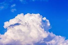 在蓝天的伟大的卷曲云彩 与一朵云彩的天空在清楚, 库存图片