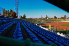在蓝天的体育场位子 库存照片