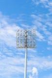 在蓝天的体育场光 免版税库存照片
