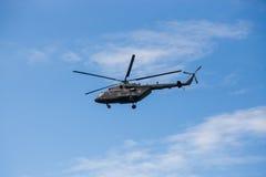 在蓝天的俄国军用直升机MI-8 库存照片