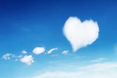 在蓝天的偏僻的白色心形的云彩样式的 免版税图库摄影