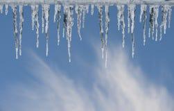 在蓝天的冰柱 免版税图库摄影