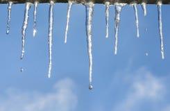在蓝天的冰柱 免版税库存图片