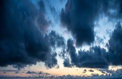 在蓝天的剧烈的云彩 免版税图库摄影