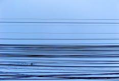 在蓝天的力量电线 免版税库存照片
