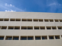 办公楼门面窗口在蓝天的 库存照片