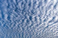 在蓝天的卷积云在晴朗的平安的天,云彩类型 免版税库存照片