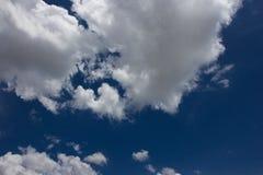 在蓝天的厚实的云彩 免版税库存照片
