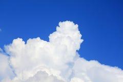 在蓝天的参天的积云 免版税库存图片