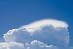 在蓝天的双突透镜的云彩 免版税库存照片