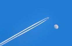 在蓝天的喷气机飞机与月亮 库存图片