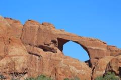 在蓝天的地平线曲拱 免版税库存照片